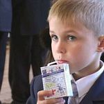 Новгородские первоклашки начали получать бесплатное молоко
