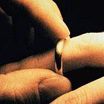 Новгородские спасатели освободили женщину от обручального кольца