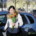 Фотофакт: инспекторы ГИБДД в Великом Новгороде вручили водителям цветы