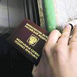 Следствие: приставы незаконно распорядились взломать квартиру должницы
