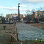 Фотофакт: у Стелы воинской славы меняют тротуарную плитку