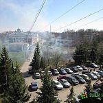 Травяной пожар в центре Великого Новгорода угрожал машинам (фото)