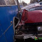 Девушка-водитель врезалась в автобус: фоторепортаж