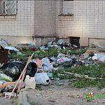 Из окон дома на Кочетова продолжает лететь мусор