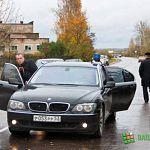 Автомобиль Сергея Митина лишился колеса на разбитой трассе в Батецком районе
