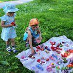 Каждую субботу у городского пляжа проходят уличные мастер-классы по народной кукле