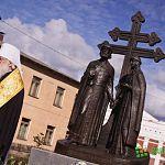На открытии памятника Петру и Февронии в Великом Новгороде выпустили в небо белых голубей