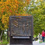 Взорам новгородцев предстали барьельефы на мини-стелах: фото