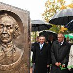 Мини-стелы мемориала «Город воинской славы» торжественно открыли под дождем