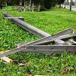 Вандалы повалили деревянный крест на границе Новгородской области