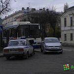 В Великом Новгороде девушка на Volkswagen Polo подрезала автобус: пострадали пассажирки последнего (фото)