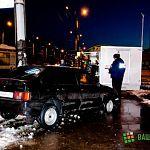 На перекрестке улиц Мира и Зелинского автомобиль вылетел на остановку: фото