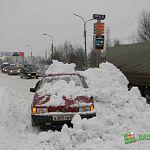 Народный репортёр: грузовик засыпал снегом машину на Нехинской