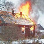 В сгоревшем доме в Новгородской области ищут женщину и двух маленьких детей