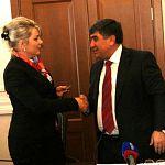 Вероника Минина вручила главе правительства КЧР знак в честь 1150-летия государственности