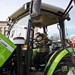 На Софийской площади открылась выставка сельхозтехники: дети в восторге