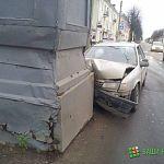 В Великом Новгороде автомобиль врезался в здание кордегардии