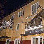 В доме для ветеранов, в котором обваливались балконы, теперь течет крыша и вздувается паркет