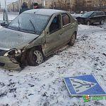 В Великом Новгороде иномарка вылетела на тротуар после столкновения с другой машиной