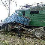 В Новгородской области поезд врезался в КАМАЗ