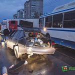 Фото: ДТП на Мира – от бордюра в автобус