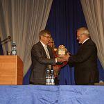 Новгородские студенты подарили ректору деревянную сову в хрустальной чаше