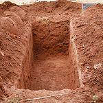 Жителя Новгородской области живым столкнули в могилу и закопали