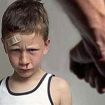 Двухлетнего ребёнка в Новгородской области доставили в больницу со следами побоев