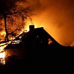Два человека погибли на пожаре в Окуловском районе