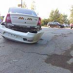 Фотофакт: на Псковской иномарка отбила бампер у машины «Таксопарка»