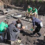 Московские археологи нашли в новгородской земле новые берестяные грамоты и игрушку