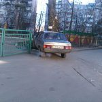 Пьяный «гонщик» на «Ладе Самаре» протаранил забор школы «Цветик-Семицветик»