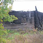 Боровичанина оштрафовали на 100 рублей за прописку в сгоревшем доме, и тот спрятался в гараже