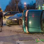 Фотофакт: «Рено Логан» опрокинул «Киа» на перекрестке улиц Ломоносова и Зелинского в Великом Новгороде