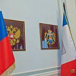 Прокуратура потребовала от новгородских чиновников срезать бахрому с флагов