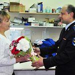 Заместитель начальника УМВД поздравил швею – мать следователя