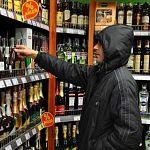Новгородцы задержали мужчину, который пытался украсть в магазине бутылку коньяка