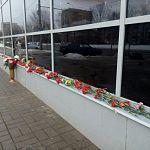Новгородцы несут цветы к месту ДТП у «Славянской ярмарки»