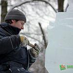 Сегодня в Кремлевском парке мастера работают над ледовыми скульптурами