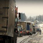 Из-за ремонта трубы замедлено движение по трассе «Россия» в Новгородской области