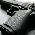 В Великом Новгороде мужчина отнял у школьников тысячу рублей, угрожая пистолетом
