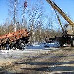Новгородская компания помогла достать из кювета грузовик с углём для Тёсово-Нетыльского
