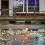 Струя воды пробила асфальт у вокзала