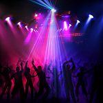 На дискотеке в Великом Новгороде пьяные мужчины отобрали у девушки дорогой смартфон, угрожая ей ножом