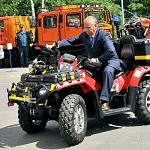 Губернатор прокатился на мощном квадроцикле спасателей