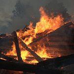 Пожар уничтожил дачный дом в Малой Вишере