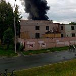В Великом Новгороде горит кровля заброшенного завода