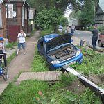 В Боровичах в ДТП на самом опасном перекрёстке автомобиль снёс защитные ограждения