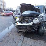 У детской областной больницы «девятка» столкнулась с машиной такси