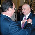 Президент Франции вручил Вячеславу Кантору знак ордена Почётного легиона
